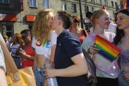 dziewczyny;-lesbijki;-pocalunek;-Parada-Rownosci;-manifestacja