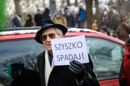 Manifestant-z-transparentem-podczas-manifestacji-w-obronie-Puszczy-Bialowieskiej-w-Warszawie-2016011