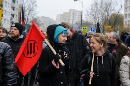 manifestacja;-antyfaszystowska;-Warszawa;-demonstranci;-niebieskie-wlosy;-flaga