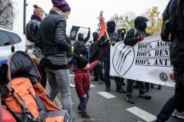 manifestacja;-antyfaszystowska;-Warszawa;-manifestanci;-dziecko;-transparent;-flagi