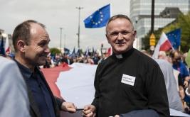 Wojciech-Lemanski;-ksiadz;manifestacja;Koalicja-Europejska;