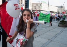 dziewczyna,-piszczalka,-demonstracja,-protest,-anty-bankowy,-Warszawa