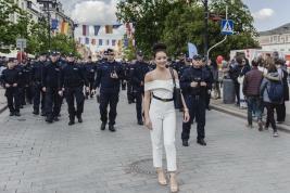 Kobieta-pozujaca-przed-czolem-policji-zabezpieczajacy-manifestacje-ugrupowan-narodowych-w-Warszawie-
