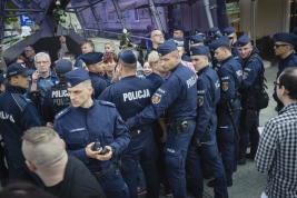 Policjanci-oddzielajacy-kontrmanifestantow-podczas-manifestacji-grup-narodowych-w-Warszawie-20190501