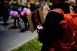 Protest-kobiet-po-wyroku-Trybunalu-Konstytucyjnego-wskazujacego-na-niezgodnosć-aborcji-z-Konstytucj
