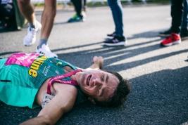 Biegacz-Wojciech-Kopeć-po-zakonczonym-biegu-na-dystansie-5km-podczas-41-PZU-Maratonu-Warszawskiego-