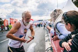 Biegacz-41-PZU-Maratonu-Warszawskiego-podczas-rozmowy-z-publicznoscia-po-zakonczonym-biegu-Warszawa-