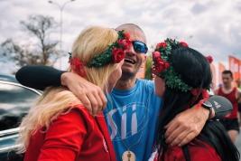 Uczestnik-41-PZU-Maratonu-Warszawskiego-z-paniami-z-fundacji-RockRoll-po-zakonczonym-biegu-Warszawa-