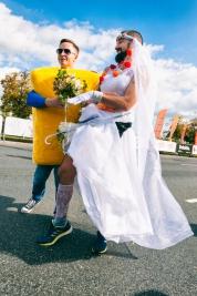 Biegacz-Polskiej-Akcji-Humanitarnej-i-Kanister-PAH-podczas-41-PZU-Maratonu-Warszawskiego-20190929