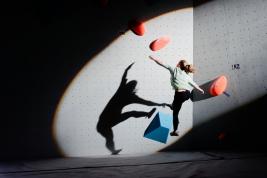 Finalistka-zawodów-bulderingu-podczas-zeskoku-ze-ściany-Volt-bulderownia-Warszawa-20190302