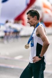 Maratonczyk-Dariusz-Nozynski-po-przekroczeniu-linii-mety-41-PZU-Maratonu-Warszawskiego-20190929