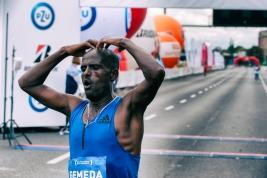 Maratonczyk-Dadi-Yami-Gemeda-na-linii-mety-41-PZU-Maratonu-Warszawskiego-20190929