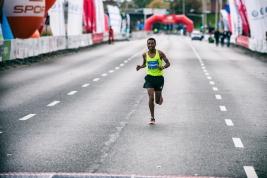Maratonczyk-Alemu-Mekasha-Tsegaye-na-linii-mety-41-PZU-Maratonu-Warszawskiego-20190929